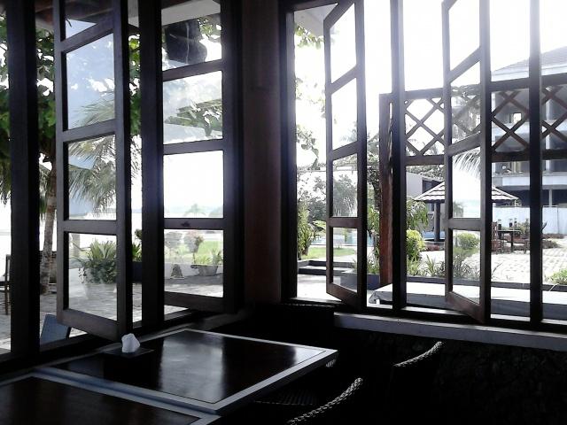 Pemandangan dari dalam Paradiso Cafe & Resto.